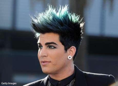 """Adam Lambert – American Idol. Este joven cantante, finalista de la octava edición del programa estadounidense, se convirtió en el primer concursante en declararse abiertamente gay del reality más popular en los Estados Unidos. Lambert confesó sus preferencias sexuales en la revista Rolling Stones, de la que fue portada con un texto que decía """"no creo que pueda ser una sorpresa para nadie oír que soy gay"""". Lambert  ocupó el segundo puesto en el concurso pero esto no fue impedimento para que su carrera fuera todo un éxito."""