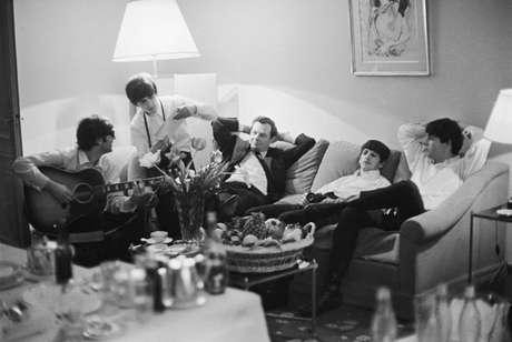 Los Beatles junto a su representante Brian Epstein en 1964, captados por la lente de Harry Benson.