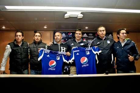 Darío Albeiro el 'Chusco', Sierra, asistente técnico de Hernán Torres, recibió la camiseta de Millonarios.