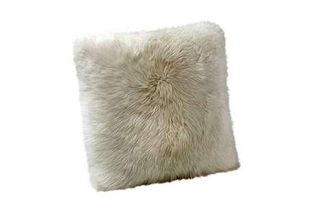 A almofada pode ser o destaque da cama. Se o morador não for alérgico, uma peça que imita pelo de animal é aconchegante.
