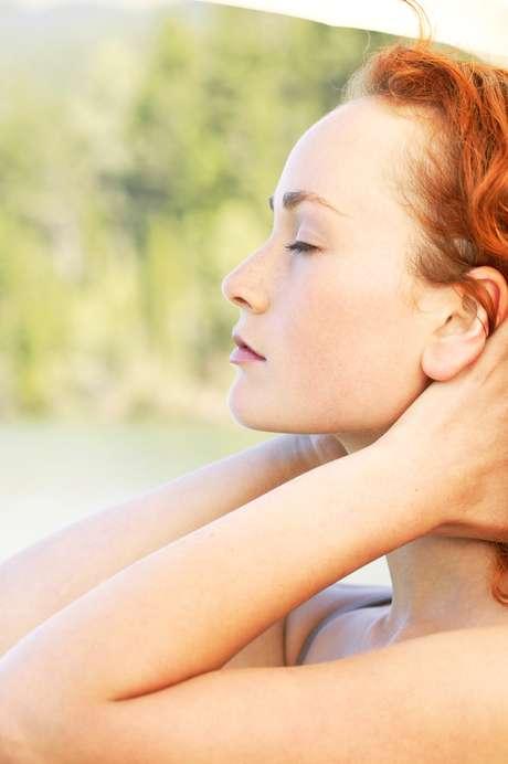 2. Passe desodorante no rosto - Se você foi para um lugar superquente experimente esse truque usado por maquiadores de celebridades: passe o desodorante roll-on nos pontos de seu rosto que suam mais, como a testa e acima do lábio superior. Em seguida, aplique hidratante e maquiagem por cima, como de costume. Os ingredientes que mantêm a transpiração de suas axilas controladas também vão funcionar em seu rosto. Porém, isso não deve ser usado diariamente já que seus poros precisam respirar e eliminar líquido