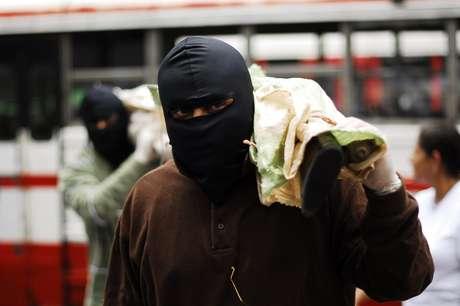 Las pandillas salvadoreñas entregaron el viernes al secretario general de la OEA, José Miguel Insulza, parte de las armas en su poder, las que pidieron sean destruidas con la supervisión del organismo continental. (Texto AP).