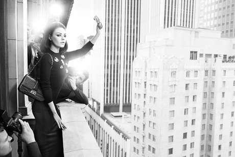 Mila Kunis posa para divulgar linha de bolsas Miss Dior