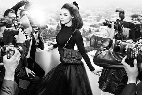 Atriz posa para divulgar linha de bolsas Miss Dior