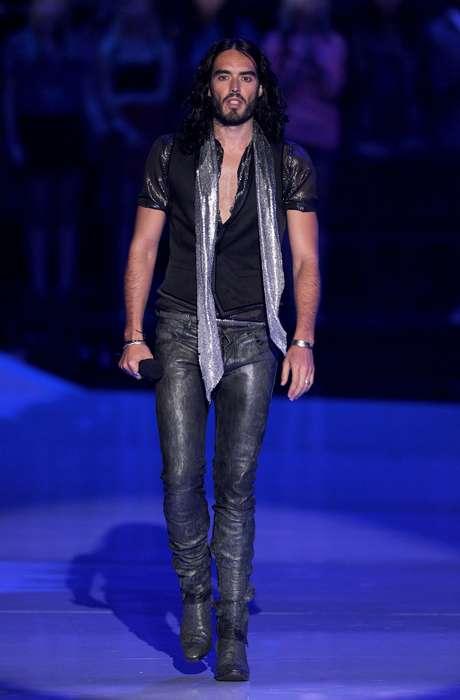 O ator Russell Brand é um dos adeptos da moda das calças justissímas ao corpo