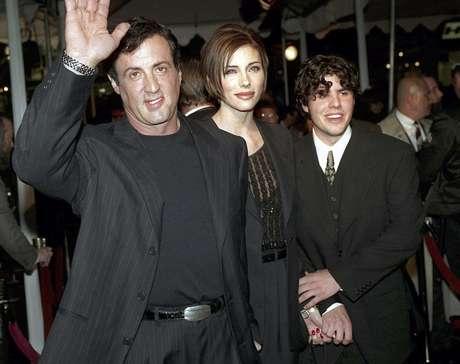 """En esta foto del 5 de diciembre de 1996, Sylvester Stallone llega al estreno de """"Daylight"""", acompañado de su novia jennifer Flavin y de su hijo Sage. Sage Stallone fue hallado muerto el viernes 13 de julio de 2012"""