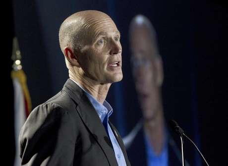El gobernador republicano de la Florida Rick Scott fue quien difundió la decisión que beneficia a su partido.