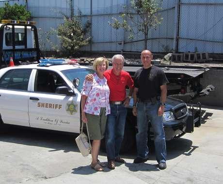 Robert Russell, centro, posa flanquedado por su esposa y por el detective Carlos Ortega luego de encontrar en Los Angeles.