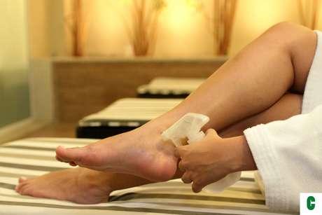 Certo: antes de começar o processo de hidratação, higienize os pés com auxílio de borrifador de água