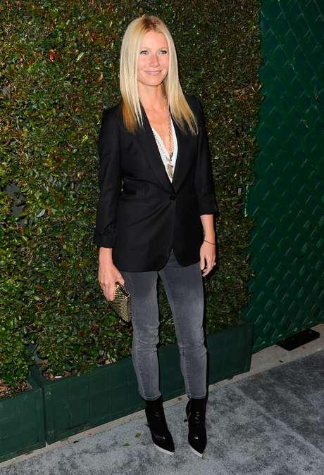 """Blazer: é uma peça avulsa, com lapela da mesma cor na - maioria das vezes -, acinturado ou não, com dois botões e de diferentes comprimentos - abaixo do umbigo, ou até abaixo do bumbum. Ele pode ser usado com qualquer combinação, desde calça jeans até vestidos. """"Pode usar quando você quer parecer menos informal"""", destacou Milla. A atriz Gwyneth Paltrow foi à première de 'My Valentine' usando um modelo preto combinado com calça jeans"""