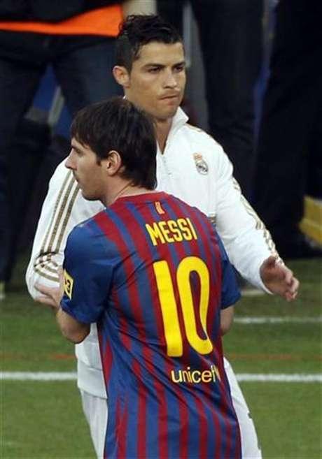 Imagen de archivo del delantero Lionel Messi del Barcelona (al frente en la fotografía), junto a su colega del Real Madrid Cristiano Ronaldo.
