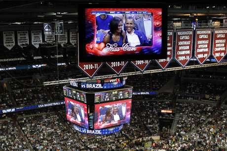 """Fue ovacionado en su llegada y luego vitoreado por los fanáticos cuando apareció en la """"kiss cam"""", una pantalla gigante que enfoca a parejas que se besan durante la pausa en cada partido, junto a su esposa."""