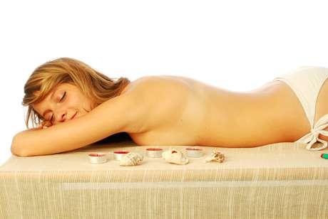 Além de combater a flacidez e as toxinas do corpo, técnica proporciona sensação de relaxamento