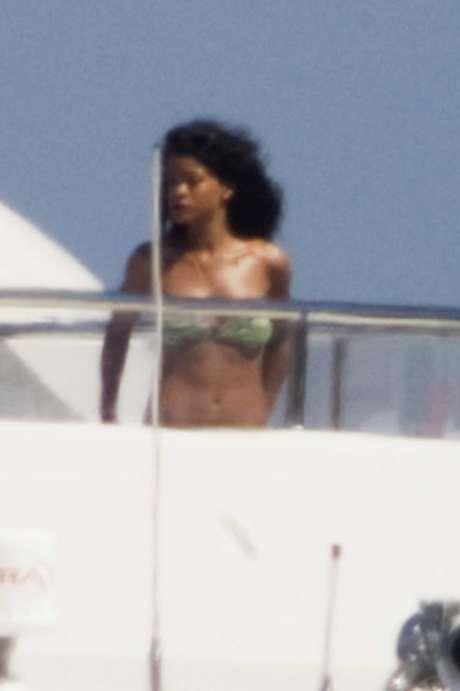 Rihanna está pasando unos días de descanso en Porto Cervo en la isla italiana de Cerdeña. La cantante pasó un divertida jornada en alta mar a bordo de un lujoso yate en el que estuvo bailando muy sexy con un biquini de estampado verde. La chica de Barbados acaba de pasar unos días de vacaciones con su ex novio, Drake con el que se le ha visto muy compenetrada, según el diario 'The Sun'. Este chico es con el que se le relacionó después de su sonada ruptura con Chris Brown. ¿Qué busca RiRi?