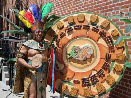 Manuel Xicum, sacerdote maya originario de Yucatán, México, realiza un ritual de bendición y purificación para la comunidad inmigrante en Estados Unidos.