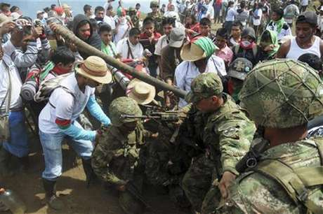 Integrantes del grupo indígena Nasa esperaban reunirse este viernes con los ministros de Interior y Defensa con el fin de encontrar una salida al conflicto armado en el Cauca.