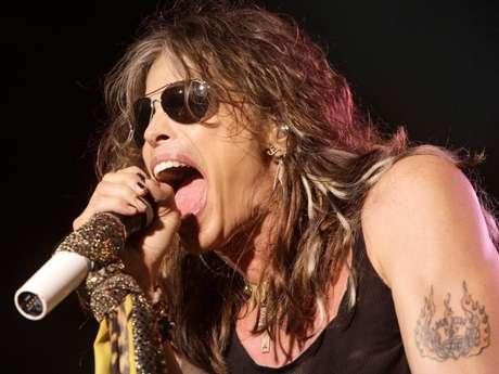 <p>Steven Tyler, vocalista de Aerosmith, puede meter su puño entero en su boca.</p>