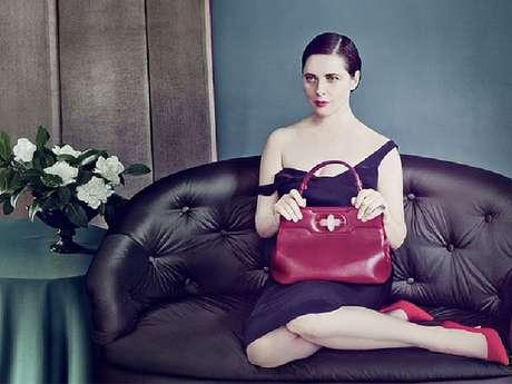 A atriz e modelo Isabella Rossellini divulga modelo de bolsa que leva seu nome