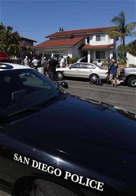 Un vehículo de la policía de San Diego estacionado frente al hogar de Arlene Holmes, Madre de James Holmes, responsable del tiroteo y la muerte de 12 personas.