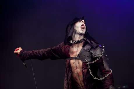El grupo se consolidó como banda de metal extremo en abril de 2001.