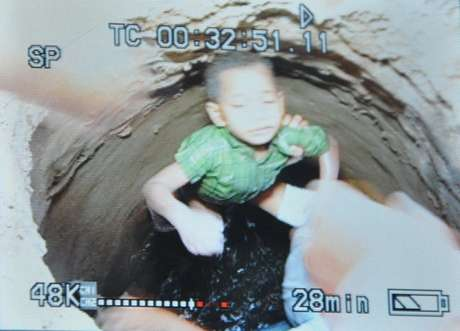 Jean Pierre pasó más de 20 horas solo, desprotegido, aturdido. Se presume que el niño había caído a la alcantarilla por una zanja  que se encuentra en la calle frente a su casa y fue arrastrado por la corriente hasta el lugar donde finalmente lo encontraron, a unos 500 metros.