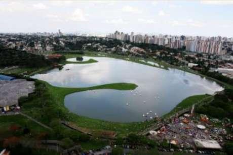 Parque do Barigui, Curitiba, PR: este é dos maiores e o mais frequentados parques de Curitiba. Em uma área de 1,4 milhão de metros quadrados, O Parque Barigüi possui equipamentos de ginástica, sede campestre, churrasqueiras, restaurante, canchas poliesportivas, quiosques, Museu do Automóvel, Estação Maria Fumaça, parque de exposições, parque de diversão, pista de bicicross e aeromodelismo. No parque ainda é possível ver capivaras, socós, garças, gambas, tico-ticos, gansos. Se você quiser conhecer Curitiba do alto, no parque você pode alugar um helicóptero e sobrevoar a cidade