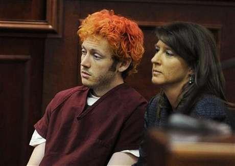 El acusado de matar a una docena de personas en un cine de Colorado James Holmes junto a la defensora pública Tamara Brady en su primera aparición ante una corte en Aurora, EE.UU.
