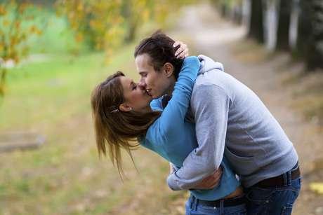 Conversar, abraçar e sair da rotina são algumas dicas para apimentar a relação