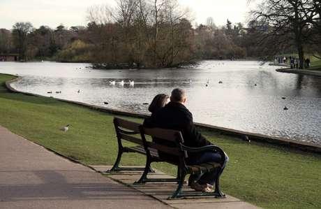 Um parque ou uma praça oferecem bastante privacidade para conversar