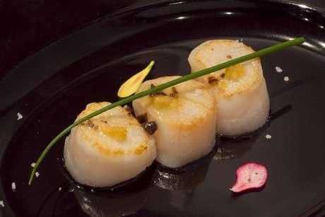 Em seguida, a vieira que foi o tema do workshop: Hotate trufa yuzu (vieiras com trufas e aroma de yuzu), com o mesmo vinho do primeiro prato