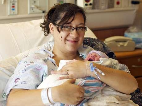 Mientras que Caleb Medley, uno de los 58 heridos que dejó la balacera en Aurora, Colorado, permanece en coma inducido, su esposa Katie dio a luz a un bebé completamente sano en el Hospital de la Universidad de Colorado. Mira las fotos: