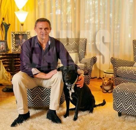 Marcelo Bonelli con su perro Jagger en la sesión de fotos de Caras.