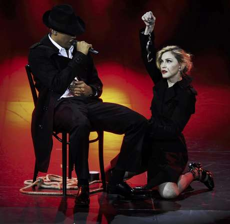 Madonna durante su concierto MDNA en el Olympia Hall de París