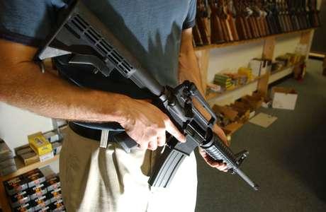 Un hombre sostiene un AR15, el mismo rifle de asalto que usó Holmes en el ataque en Colorado.