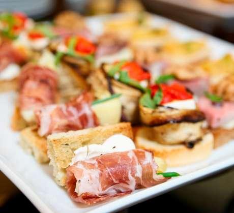 As famosas tapas espanholas são opções gastronômicas em diversos restaurantes da capital paulista