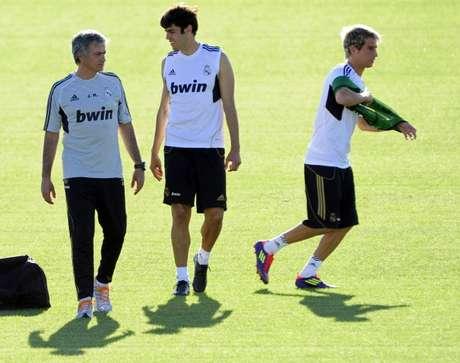 Mourinho platica con Kaká durante una práctica del Real Madrid.