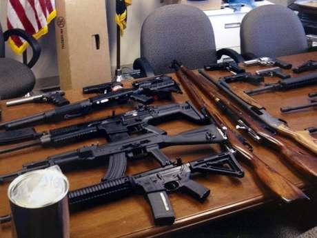 Foto de la policía del condado de Prince George, en Maryland, con las armas de un sospechoso que pensaba usarlas en su lugar de trabajo.