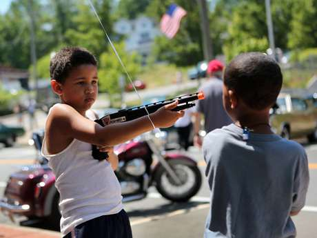 Unos niños de Liberty, Nueva York, juegan con armas de juguete durante las celebraciones del 4 de julio.
