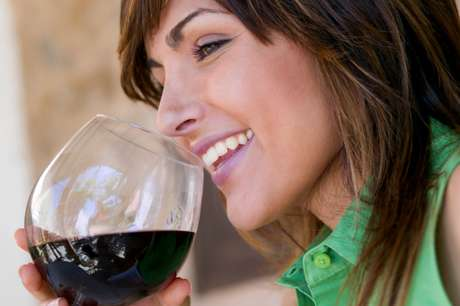 O consumo diário de 15 g a 30 g de álcool, o que corresponde a até dois cálices de vinho, estaria relacionado a efeitos positivos