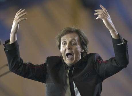 Paul McCartney durante la ceremonia de inauguración de los Juegos Olímpicos de Londres 2012 el sábado 28 de julio de 2012 en Londres. McCartney recibió un pago simbólico de una libra esterlina por su participación en el espectáculo.
