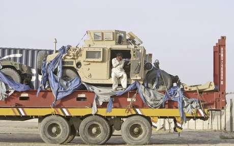 Dos vehículos militares aparecen el viernes 6 de julio de 2012 sobre la plataforma de un camión en una terminal en la localidad paquistaní de Chaman en la frontera con Afganistán. Pakistán aceptó a principios de julio reabrir su territorio al paso de las caravanas de la OTAN con provisiones para sus fuerzas en Afganistán. La medida fue festejada, también, por el Talibán debido al dinero que recibe de empresas de seguridad, dijeron comandantes del grupo el martes 31.