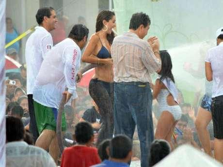 Ninel Conde, con una manguera a presión, se bañó en presencia de más de 5 mil personas, en las tradicionales fiestas de Santa Ana de Boca del Río, en Veracruz, México.