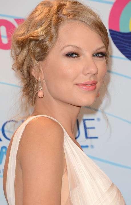 Taylor Swift mantiene relación con Connor Kennedy, cuatro años menor que ella.
