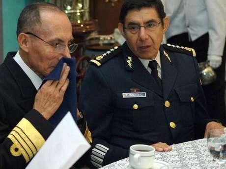 Fotografía fechada el 1 de junio de 2007 muestra al entonces subsecretario de la Defensa Nacional, general Tomás Ángeles Dauahare (derecha), acompañado del subsecretario de Marina, Casimiro A. Martínez Pretelin (izquierda).