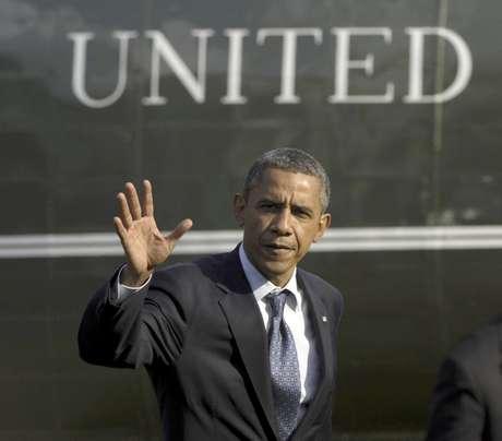 El presidente Barack Obama se aleja del helicóptero presidencial en los jardines de la Casa Blanca el miércoles, al regreso de un viaje de campaña a Ohio.