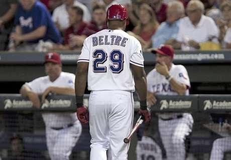 El dominicano Adrián Beltré (29), de los Rangers de Texas, regresa a la banca después de poncharse para finalizar la sexta entrada del juego ante los Angelinos de Los Angeles, el miércoles 1 de agosto de 2012, en Arlington, Texas. Los Rangers ganaron 11-10 en 10 innings.