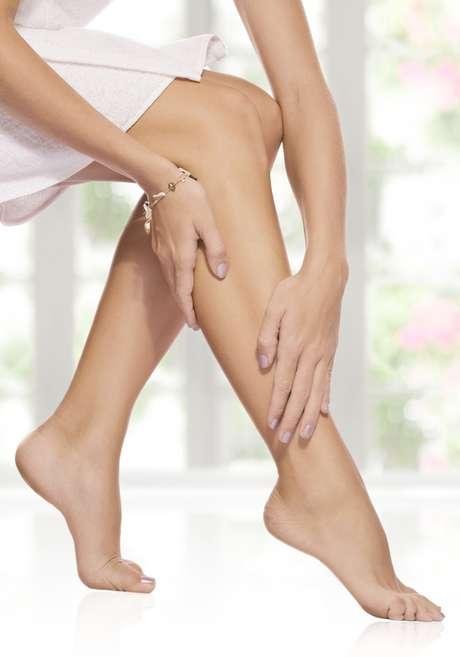 Cera não deixa que os folículos pilosos inflamem com a retirada dos pelos e diminui o desconforto da depilação
