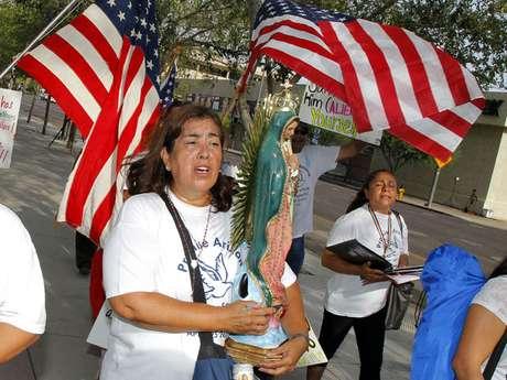 Rosa María Soto carga una estatua de la Virgen de Guadalupe mientras protesta contra Joe Arpaio, alguacil del condado de Maricopa, frente al Tribunal Federal Sandra Day O'Connor.