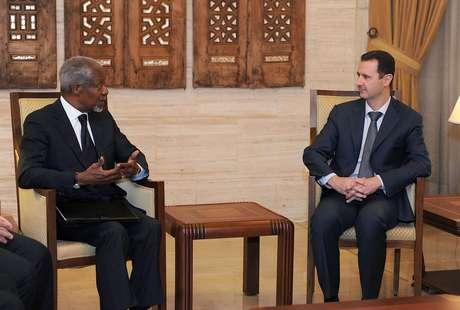Kofi Annan, como enviado especial de las Naciones Unidas para Siria, conversa con el presidente sirio Bashar Assad, a la derecha, en Damasco, el 10 de marzo de 2012. Annan anunció el jueves 2 de agosto su renuncia efectiva al cargo el 31 de este mes ante el fracaso de su plan de paz para Siria.