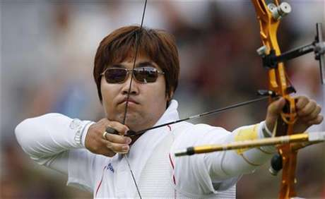 South Korea's Im Dong Hyun takes aim during men's individual round of 32 eliminations at the Lord's Cricket Ground during the London 2012 Olympic Games July 30, 2012.